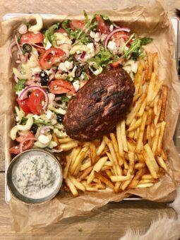 bifteki met friet en salade